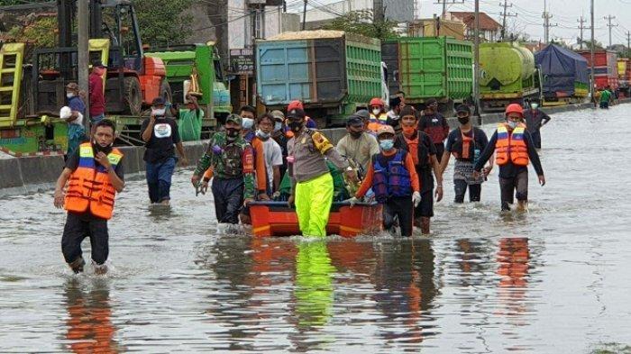 Banjir Masih Tinggi, Jenazah Warga Trimulyo Semarang Dibawa Pakai Perahu Karet Menuju TPU