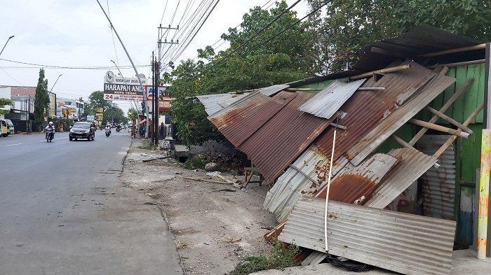 Diduga Sopir Mengantuk, Honda City Tabrak Warung Tambal Ban di Tegal. Berakhir Nyungsep di Parit
