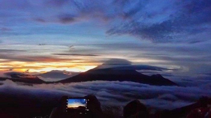 Wisatawan menunggu detik-detik matahari terbit di Bukit Sikunir di dataran tinggi Dieng, Kabupaten Wonosobo, Minggu (25/9/2021). Sejak awal September, tempat wisata ini kembali dibuka seiring turunnya kasus Covid-19.