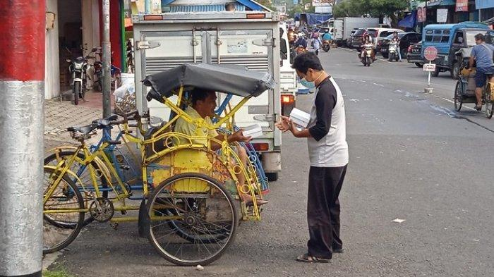 Penumpang Sepi sejak Pasar Terbakar, Tukang Becak di Banjarnegara Terhibur Dapat Makanan Gratis