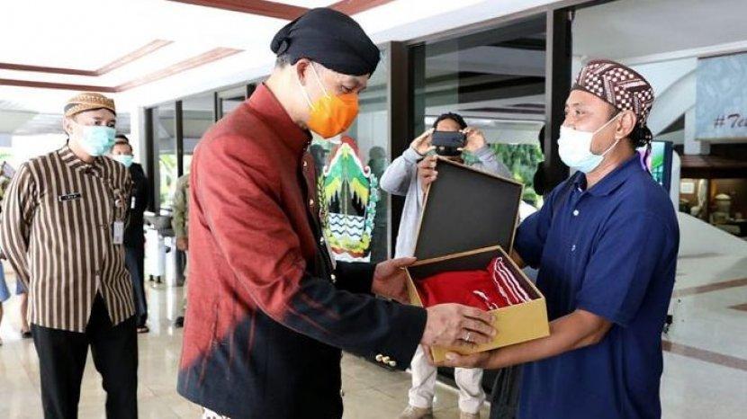 gubernur-jawa-tengah-ganjar-pranowo-menerima-kado-ulang-tahun-dari-eks-napiter.jpg