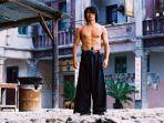 aktor-asal-china-stephen-chow-berperan-sebagai-sing-dalam-film-kung-fu-hustle-2004.jpg