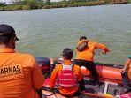 anggota-basarnas-pos-sar-cilacap-memulai-pencarian-warga-adipala-yang-tenggelam-di-sungai-serayu.jpg