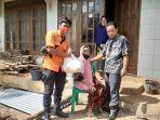 anggota-bpbd-banjarnegara-memberi-bantuan-logistik-kepada-korban-kebakaran-belum-lama-ini.jpg