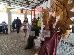 anggota-komunitas-omah-karnaval-banyumas-memakai-kostum-saat-vaksin-selasa-1082021.jpg