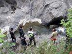anggota-polres-kebumen-melakukan-olah-tkp-penemuan-mayat-di-sungai-kalianget-sempor-kebumen.jpg