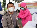 anggota-polres-kebumen-menerima-vaksinasi-covid-19-di-lapangan-indoor-tenis-polres-kebumen.jpg
