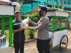 anggota-polres-kebumen-menyerahkan-bantuan-beras-ke-pedagang-senin-2672021.jpg