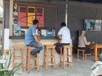 anggota-polsek-pekalongan-selatan-tengah-menikmati-kopi-di-minibar-milik-polsek.jpg