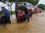 antrean-kendaraan-akibat-banjir-di-jalan-buntu-sumpiuh-di-desa-kedungpring-kemranjen-banyumas.jpg