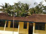 atap-bangunan-sdn-di-desa-cimahpar-kecamatan-kalibunder.jpg