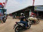 beberapa-kendaraan-roda-dua-memasuki-kawasan-pasar-sayur-dan-buah-kabupaten-pemalang.jpg