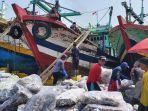 bongkar-muatan-nelayan-di-pelabuhan-perikanan-pantai-ppp-tegalsari-kota-tegal-selasa-1082021.jpg
