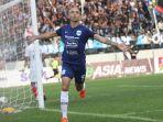 bruno-silva-merayakan-gol-ke-gawang-arema-fc-dalam-liga-1-2020-di-stadion-moch-soebroto.jpg