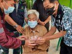 bupati-banjarnegara-budhi-sarwono-memberi-bantuan-jps-ke-warga-sabtu-2182021.jpg
