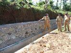 bupati-banjarnegara-budhi-sarwono-meninjau-pembangunan-jalan-desa-kalisat-kidul.jpg