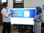 bupati-kebumen-arif-sugiyanto-menunjukkan-cara-daftar-vaksin-lewat-website-kamis-582021.jpg
