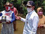 bupati-pati-haryanto-menyerahkan-bantuan-kepada-korban-banjir-di-desa-babalan.jpg