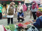 bupati-tegal-umi-azizah-berbelanja-sayur-di-pasar-trayeman-slawi-jumat-682021.jpg