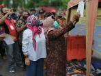 bupati-tegal-umi-azizah-memasang-barcode-pkl-di-alun-alun-hanggawana-slawi.jpg