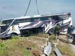 bus-haryanto-terperosokol-di-pinggir-jalan-pejagan-pemalang-selasa-452021.jpg