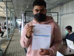 calon-penumpang-kereta-menunjukkan-sertifikat-vaksinasi-covid-di-stasiun-purwokerto.jpg