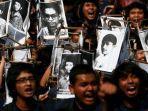demo-mahasiswa-trisakti-atas-tragedi-tewasnya-empat-mahasiswa-dalam-aksi-reformasi.jpg