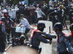 demonstran-bentrok-dengan-polisi-dalam-aksi-menolak-kudeta-militer-di-mandalay-myanmar-9-februari.jpg