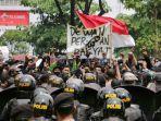 demonstran-dihadang-polisi-saat-beraksi-di-gedung-dprd-jateng-rabu-7102020.jpg