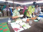 dinas-ketahanan-pangan-provinsi-jawa-tengah-melakukan-pengecekan-sayuran-di-pasar-segamas.jpg