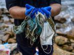 gary-stokes-pendiri-lsm-lingkungan-hidup-oceans-asia-memegang-sampah-masker-sekali-pakai.jpg