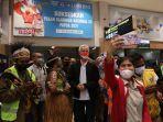gubernur-jawa-tengah-ganjar-pranowo-tiba-di-bandara-sentani-jayapura-jumat-1102021.jpg