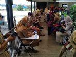 guru-sd-di-kudus-antre-mendapat-vaksinasi-covid-di-gedung-pusat-belajar-guru-senin-2232021.jpg