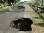 jalan-karangpucung-majenang-kabupaten-cilacap-amblas-hingga-menimbulkan-lubang-minggu-1842021.jpg