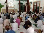 jemaah-melaksanakan-salat-jumat-di-masjid-agung-darul-muttaqin-batang-belum-lama-ini.jpg