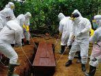 kapolres-wonosobo-akbp-fannky-bersama-anggotanya-menguburkan-jenazah-pasien-diduga-covid-19.jpg