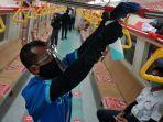 karyawan-membersihkan-bagian-pegangan-tangan-di-dalam-gerbong-krl-yogyakarta-solo.jpg