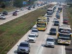 kendaraan-pemudik-dari-arah-jakarta-melewati-jalan-tol-jakarta-cikampek-d.jpg