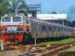 kereta-api-melintas-di-stasiun-daop-5-purwokerto-senin-2222021.jpg