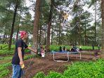 keseruan-pengunjung-saat-menikmati-sensasi-bermain-trampolin-pohon.jpg
