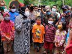 menteri-sosial-tri-rismaharini-mengunjungi-korban-longsor-di-desa-kalijering-kebumen.jpg