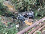 mobil-travel-berpenumpang-tujuh-orang-masuk-ke-sungai-akibat-tak-kuat-menanjak.jpg