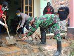 muspika-kecamatan-tugu-kota-semarang-membersihkan-rumah-warga-terdampak-banjir.jpg