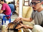 nurman-farieka-produsen-sepatu-berbahan-ceker-ayamdok-astra.jpg