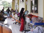 pasien-terduga-covid-19-dirawat-di-selasar-rsud-kajen-kabupaten-pekalongan-sabtu-12122020.jpg