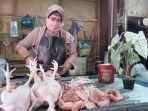 pedagang-daging-ayam-di-lapaknya-di-pasar-pagi-kota-tegal-senin-14122020.jpg