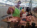 pedagang-daging-ayam-di-pasar-baru-kudus-melayani-pembeli-selasa-1152021.jpg