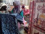 pekerja-batik-muria-tengah-membuat-sajadah-bermotif-batik-di-bengkel-produksi-mereka-di-kudus.jpg