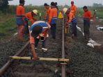 pekerja-memperbaiki-rel-kereta-api-antara-stasiun-brumbung-dan-tanggung.jpg