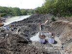 pekerja-menggarap-proyek-jembatan-kaca-di-hutan-wisata-tinjomoyo-kota-semarang.jpg